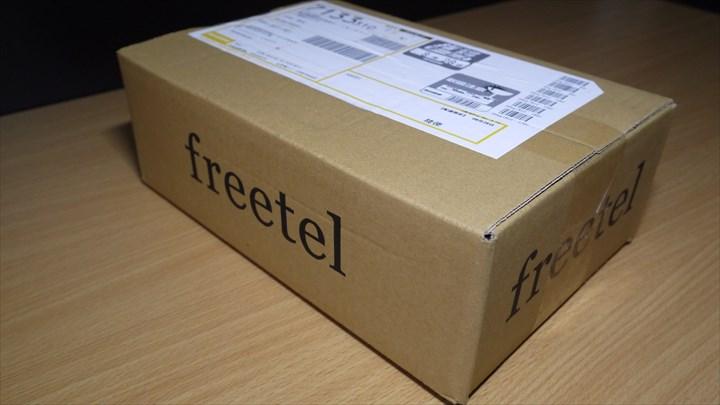 側面に「freetel」の文字があるダンボールでの配達