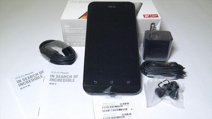 ZenFone 2 Laser、USBコード、充電器、イヤホンなど全部で8点セット