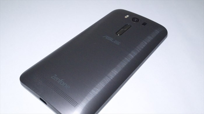 ZenFone 2 Laserシルバーの背面
