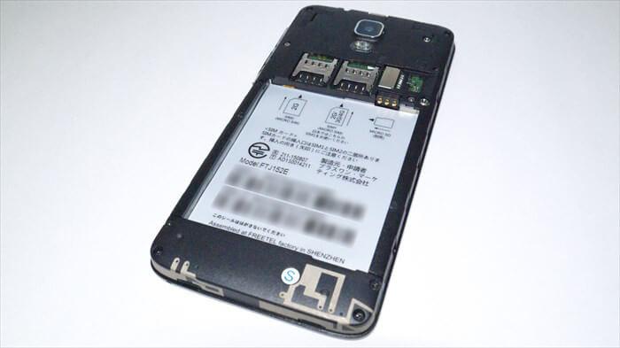 SIM挿入口が2つあり、デュアルSIMに対応している