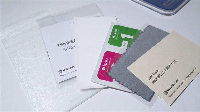 ガラスフィルム、取扱説明書、ホコリ除去シール、アルコールペーパー&拭取ペーパー、クロス、保証書の6点セット