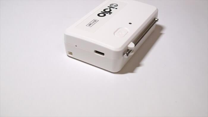 右側面にはMicro-USB充電口とストラップホールとリセットボタンがある