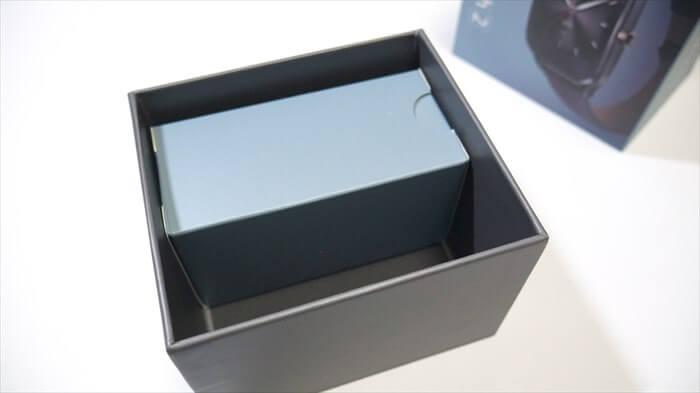 箱の下にはケーブル等の付属品が入っている