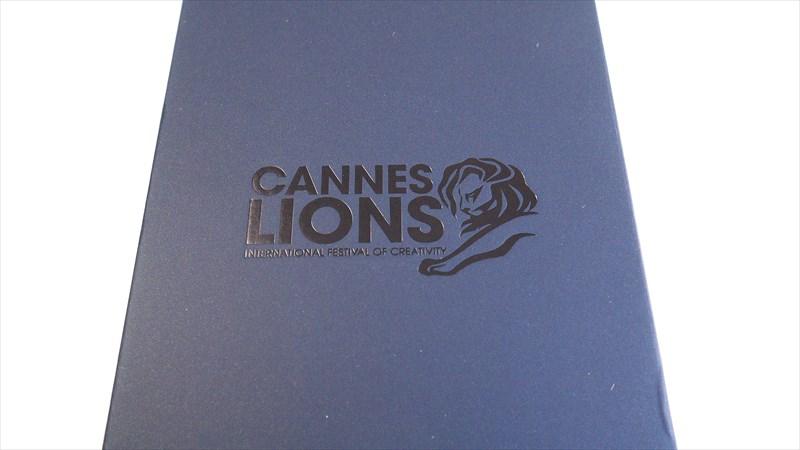 YotaPhone 2の外箱に描かれているライオン